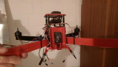 Kopter mit montiertem Gehäuse